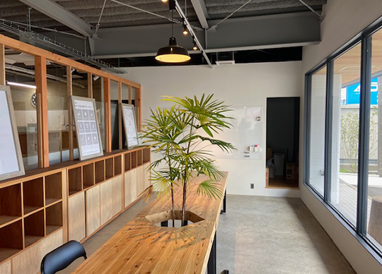 事務所の雰囲気はこのようになっております。気軽にお立ち寄りください。
